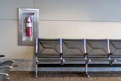 Placering på en flygplats med avfyrar eldsläckaren royaltyfri foto