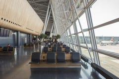 Places assises intérieures d'aéroport de Kloten à Zurich, Suisse photographie stock libre de droits
