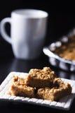 Places de beurre d'arachide de guimauve avec la tasse de café Image libre de droits