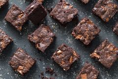 Places de 'brownie' de chocolat sur le fond chiné noir - 'brownie' cuits au four de chocolat photo libre de droits