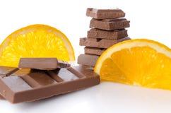 Places de chocolat avec les tranches oranges fraîches Images libres de droits