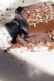 Places foncées de chocolat empilées avec des pépites d'or images libres de droits