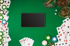Placez à jouer le tisonnier avec des cartes et des puces sur le fond vert photographie stock libre de droits