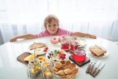 Placez avec différents produits doux sur le fond blanc petit déjeuner d'hydrate de carbone Images stock