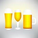 Placez avec différents verres de bière sur l'excellente qualité blanche Images libres de droits