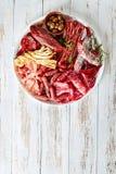 Placez de l'apéritif de viande sur un plateau photo stock