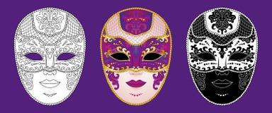 Placez de 3 masques v?nitiens d?cor?s de carnaval sur un fond pourpre illustration libre de droits