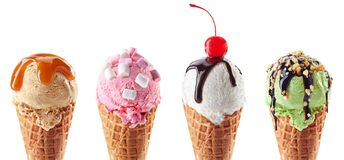 Placez de quatre divers scoops de crème glacée dans des cônes de gaufre photographie stock