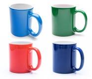 Placez de quatre tasses colorées brillantes d'isolement photo stock