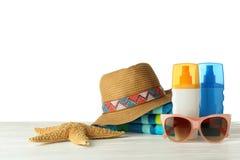 Placez des accessoires de plage sur la table sur le fond blanc images stock