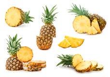Placez des ananas juteux sur le fond blanc images stock