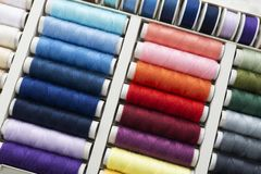 Placez des bobines de fil de couture image libre de droits