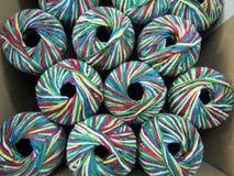 Placez des boules multicolores lumineuses de fil de chenille de rayonne image libre de droits