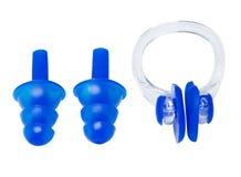Placez des boules quies pour la natation et la bride sur le nez sur un fond blanc photographie stock libre de droits