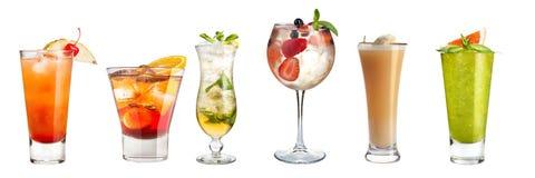 Placez des cocktails régénérateurs décorés des baies et des fruits sur un fond blanc D'isolement photos stock