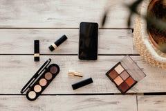 Placez des cosmétiques, des outils de maquillage et des accessoires image stock