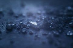 Placez des cristaux de sel d'isolement sur le bois photographie stock