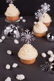 Placez des gâteaux de tasse de nouvelle année de Noël d'hiver sur le fond noir images stock