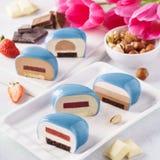 Placez des gâteaux en forme de coeur bleus de mousse avec de divers remplissages photo libre de droits