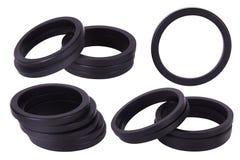 Placez des garnitures noires d'isolement Joints pour les cylindres hydrauliques pour industriel sur le fond blanc photographie stock