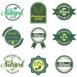 Placez des labels et des insignes verts avec des feuilles pour les produits organiques, naturels, bio et écologiques d'isolement  illustration stock
