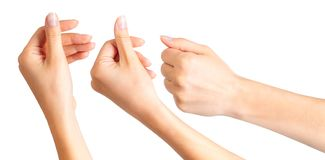 Placez des mains de femme tenant quelque chose avec deux doigts photographie stock libre de droits