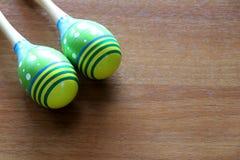 Placez des maracas colorés sur un fond en bois Concept de musique images libres de droits