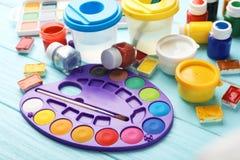 Placez des matériaux de peinture pour l'enfant image libre de droits