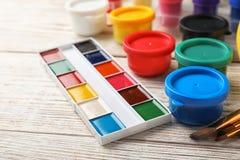 Placez des matériaux de peinture pour l'enfant photo libre de droits