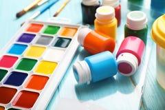 Placez des matériaux de peinture pour l'enfant photos libres de droits