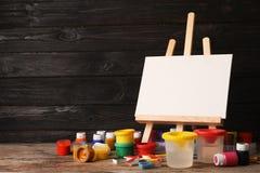 Placez des matériaux de peinture pour l'enfant sur le tabl images libres de droits