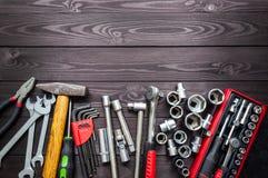 Placez des outils automatiques sur l'établi en bois foncé Copiez l'espace photo libre de droits