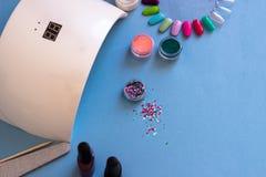 Placez des outils cosmétiques pour la manucure et la pédicurie sur un fond bleu photo libre de droits