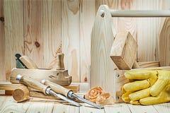 Placez des outils de charpentier avec la boîte à outils en bois sur le fond en bois image stock