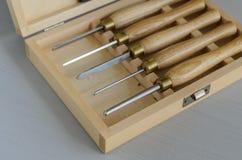 Placez des outils de charpentier dans la boîte sur la table image libre de droits