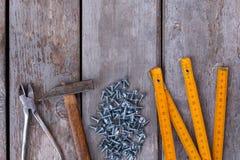 Placez des outils de charpentiers sur le fond en bois image libre de droits