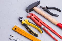 Placez des outils de construction sur le fond clair images libres de droits