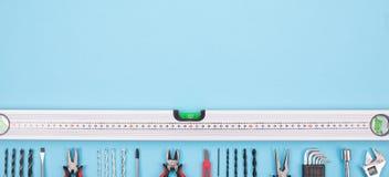 Placez des outils de construction sur le fond rouge-bleu photo libre de droits