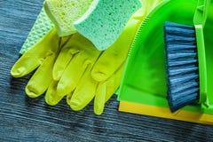 Placez des outils de nettoyage de ménage sur le panneau en bois de cru images libres de droits