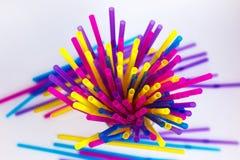 Placez des pailles color?es pour les cocktails potables sur un fond blanc Pailles color?es pour un cocktail Fond des tubes color? image libre de droits