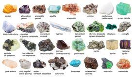 Placez des pierres gemmes et des cristaux crus avec des noms Photographie stock libre de droits