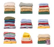 Placez des piles de vêtements pliés sur le fond blanc image libre de droits