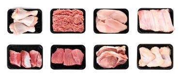 Placez des récipients en plastique avec de la viande crue différente sur le blanc photographie stock libre de droits