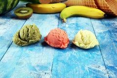 Placez des scoops de crème glacée de différentes couleurs et saveurs avec des baies et des fruits photographie stock libre de droits