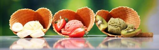 Placez des scoops de crème glacée de différentes couleurs et saveurs avec des baies et des fruits photos libres de droits