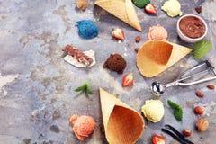 Placez des scoops de crème glacée de différentes couleurs et saveurs avec des baies et des fruits photo libre de droits