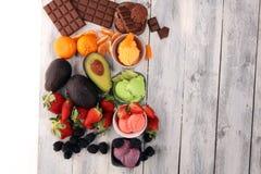 Placez des scoops de crème glacée de différentes couleurs et saveurs avec les baies, le chocolat et les fruits photos stock