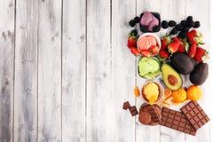 Placez des scoops de crème glacée de différentes couleurs et saveurs avec les baies, le chocolat et les fruits photo libre de droits