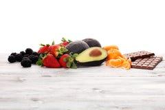 Placez des scoops de crème glacée de différentes couleurs et saveurs avec les baies, le chocolat et les fruits photo stock