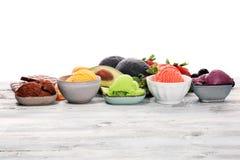 Placez des scoops de crème glacée de différentes couleurs et saveurs avec les baies, le chocolat et les fruits photos libres de droits